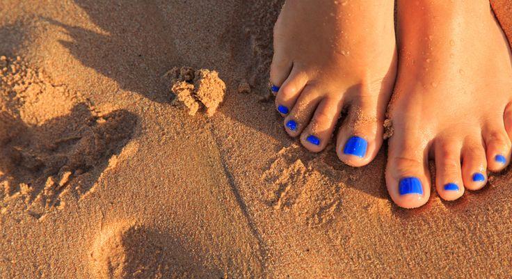 Consigli per una pedicure fai-da-te, da fare a casa in poche mosse. Scopri come curare i piedi da casa, per essere sempre impeccabile.