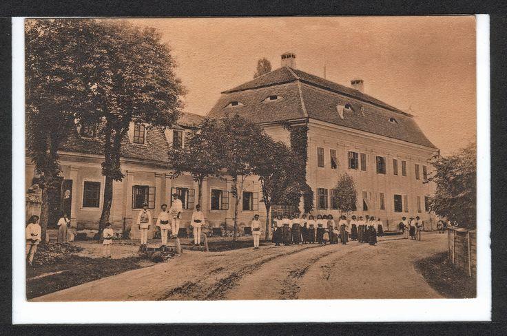 Palatul de vară al baronului Samuel von Brukenthal , a fost construit între 1780 și 1785 după modelul palatului Schönbrunn din Viena.