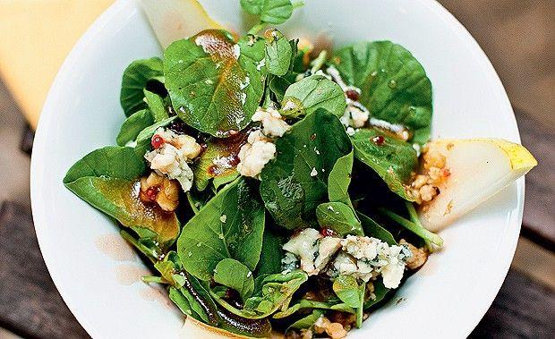 Salada de agrião, peras e vinagrete de geleia de framboesa
