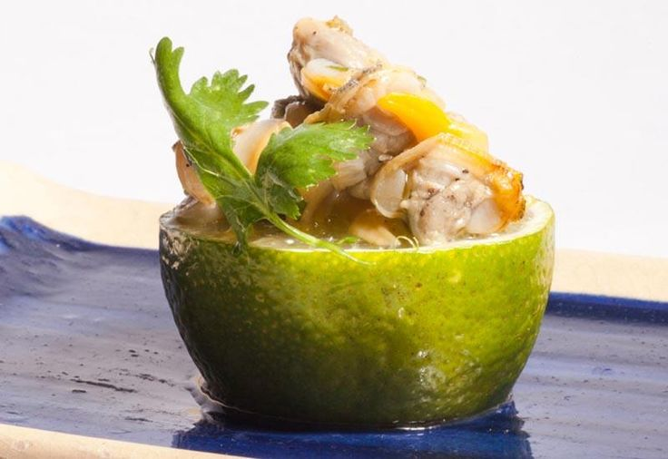 Berberechos en lima, una receta firmada por Sacha Hormaechea (Restaurante Sacha, Madrid) que figura en el libro-recetario Alta Cocina con Conservas de Pescados
