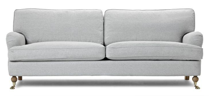 Watford 3-sits soffa i komfort delux med fjäderblandning i sitsen och ryggen. Det är en klassisk howardsoffa med mjuka rundade former och skön sittkomfort. Watford går att få i många olika tyger och färger och med olika typer av ben. Med komfort delux får du en extra lyxig känsla när du sätter dig ned. Komplettera gärna med en fotpall, nackkudde eller fåtölj i samma serie.