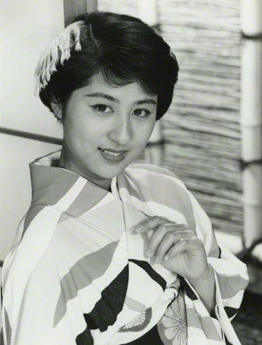 B & W photo of legendary Japanese actress Kyoko Kagawa in kimono. | 日本映画専門チャンネル 懐かしの銀幕スタア24