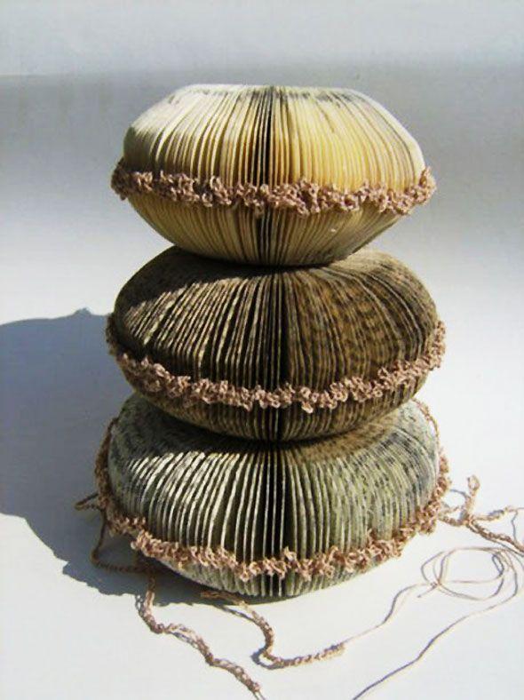 Sculptures de Livres Brodées et Crochetées par Phiona Richards.
