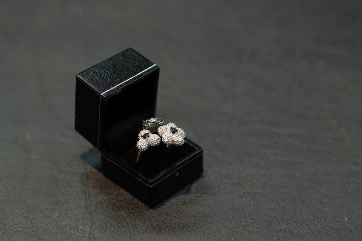 Meraviglioso anello in argento con tre fiori ricoperti di zirconi bianchi e neri.