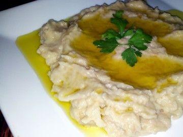 Ortadoğu mutfaklarının, özellikle de Filistin mutfağının, humusla birlikte en sevilen, ünlü mezelerindendir mutabbal.