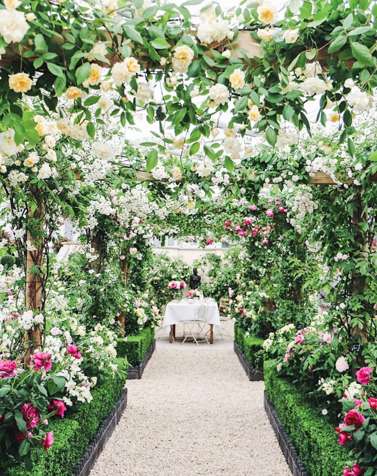 An inside look at the 2017 Chelsea flower show in London.