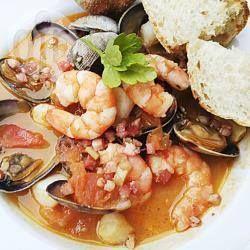 Fischsuppe auf mediterrane Art - Für eine Fischsuppe auf mediterrane Art sollten auf jeden Fall Tintenfisch, Garnelen, Barsch, Seeteufel, Venusmuscheln und Miesmuscheln dabei sein. @ de.allrecipes.com