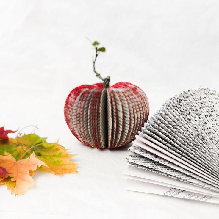 Ja, tänk att man får syssla med sånt här på arbetstid. Bästa jobbet, ever! 🍎  #bokkonst #äpple #bokäpple #pyssla #pyssel #höstpyssel #diy #doityuorself #gördetsjälv #återbrukamera #återbruk #kreasiwinspo #crafty #crafts #papercraft