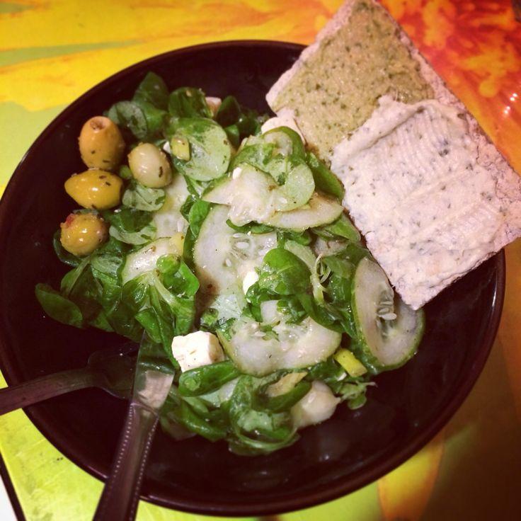 Mâche, concombre, oignon nouveau, feta, olives vertes marinées à l'ail, tartine mi tapenade au basilic et mi crème d'artichaut. #food #salade