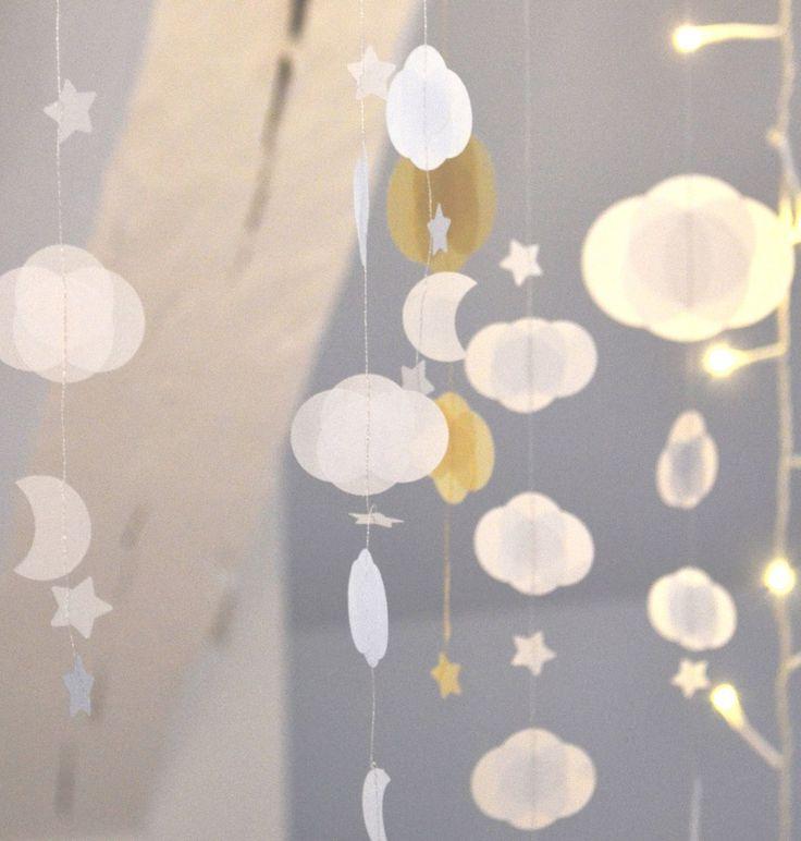 Guirlande en papier réalisées à la main, composée de nuages, d'étoiles, et d'une lune... Nuages de différentes tailles (3cm x 3,5cm et 5cm ...