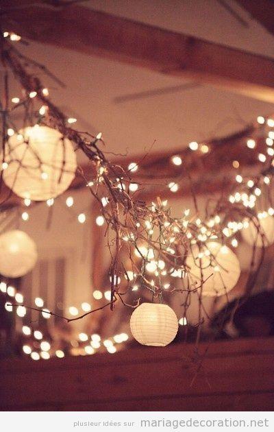 Éclairage salle mariage: branches sèches pleines de pétites lumières | Décoration Mariage | Idées pour décorer un mariage pas cher
