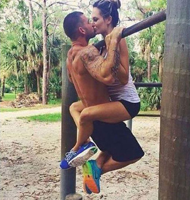 La musculation, c'est plus sympa en couple ! chérie, mets tes baskets. Je t'emmène à la salle ! Fitness couples Strength training is more fun couple! darling, put your sneakers. I'll take you to the room! fitness couples workout