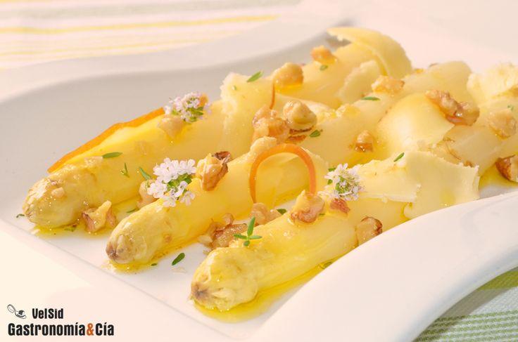 Espárragos blancos con queso ahumado y nueces