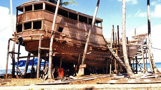 Příběhy zostrovních říší Tichomoří - těžba dřeva. Ta je pro všechny tamní země typická (1998). Režie P.Jančárek