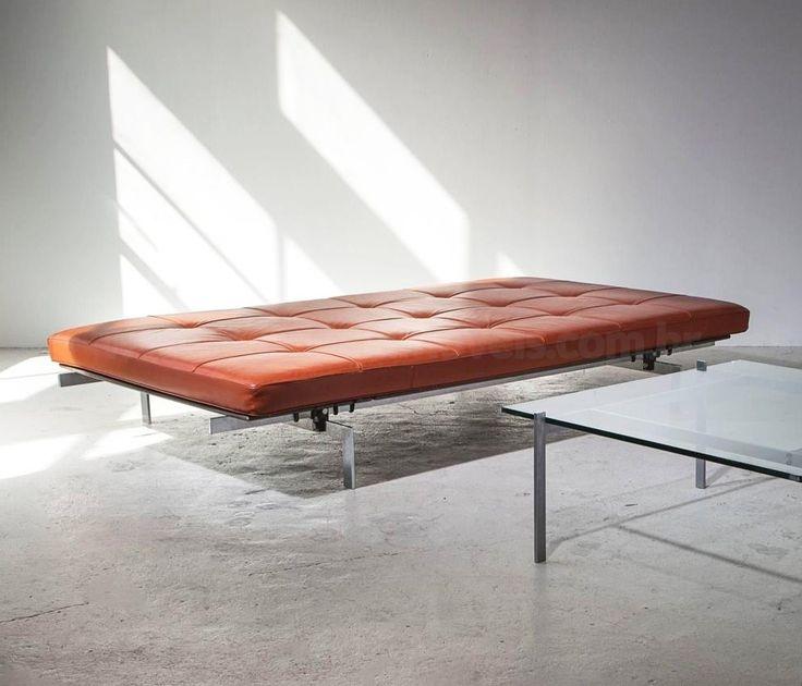 """Couch PK 80, Poul Kjaerholm, 1957   Em uma tentativa para unir o sublime com o absolutamente necessário, Poul Kjaerholm projetou o Couch PK80. Parte da """"Coleção Poul Kjaerholm"""", o PK80 é caracterizado pela sua baixa estatura e estética distinta. Sua forma escultural é adequada para qualquer ambiente."""