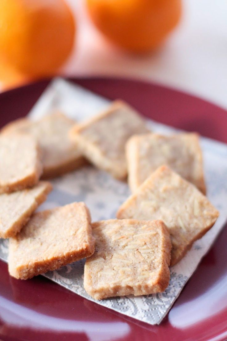 J'en termine avec ma fournée de bredele de l'année ! Voici les trois dernières nouvelles sortes confectionnées cette année, des amandes, des noix et des épices ...  J'en profite pour vous souhaiter une excellente fin d'année 2013, n'oubliez pas de confectionner vos Neujohr stollen pour le matin du 1er ! Avec pourquoi pas un bol de cidre chaud aux épices :)   Pain aux amandes Source :« Bredele de Noël des boulangers d'Alsace » 250g de farine 200g de sucre 5g de cannelle 150g de beurre 100g…