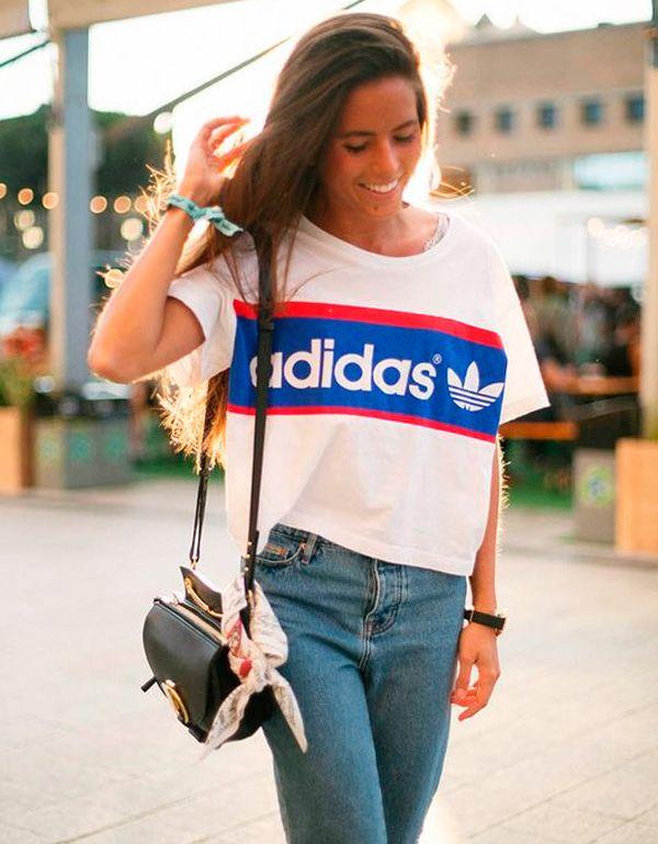 Vale cortar as maxi t-shirts e usar como cropped! Prefira as peças de cintura alta pra deixar o look mais estiloso.