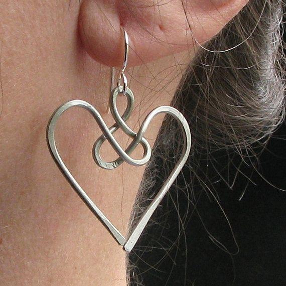 Le cime dei cuori mi ricordano le ali di angeli. Questi orecchini sono pieni di significato come hanno parecchie cose legate in uno. Cè un nodo celtico, un cuore, e nel complesso mi ricorda di un angelo. Sono fatti da filo di alluminio, quindi sono molto leggero. Essi pendono dal earwires argento e misura circa 2 pollici lungo dallalto delle MONACHELLE. Cuore di angelo misura circa 1 1/2 centimetri di lunghezza e circa 1 1/4 pollici di larghezza. Disponibile anche in argento…