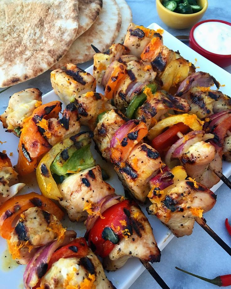 What to eat on Tuesday night? Grilled turkey breast kabobs, marinated in freshly squeezed orange juice, evoo and Serrano peppers. Quick, easy and so yummy! @zimmysnook