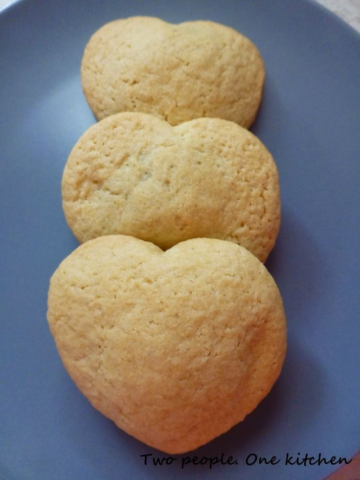 Two people. One kitchen: Τραγανά μπισκότα βουτύρου γεμιστά με σοκολάτα!