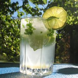 Le vrai Mojito  10 feuilles de menthe fraîche 1/2 citron vert, coupé en 4, 2 càs de sucre,  5 ou 6 glaçons 1 dose de rhum 12 cl d'eau gazeuse Placer feuilles de menthe, un morceau de citron vert dans grand verre. Ecraser avec une cuillère pour faire ressortir l'essence. Ajouter deux morceaux de citron et sucre, puis écraser à nouveau les morceaux. Remplir verre de glaçons. Verser le rhum,  compléter avec l'eau gazeuse. Mélanger puis dernier morceau de citron pour décoration.