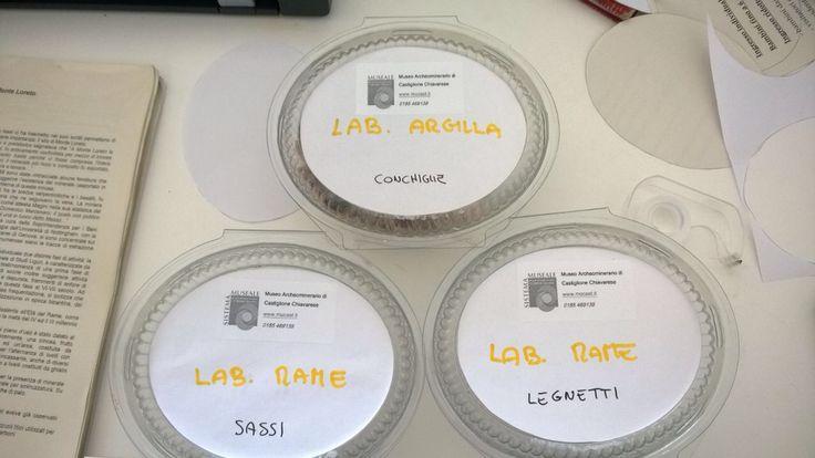 I materiali utili per i laboratori appositamente sistemati attendono i piccoli visitatori
