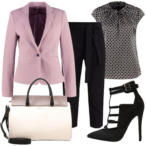 Il blazer rosa antico funge da pezzo principale di questo outfit. Col pantalone nero lungo a 3/4, una maglia con fantasia geometrica grigio e nera. Décolleté nera con tacco altissimo e doppio cinturino alla caviglia, e borsa a mano con tracolla.