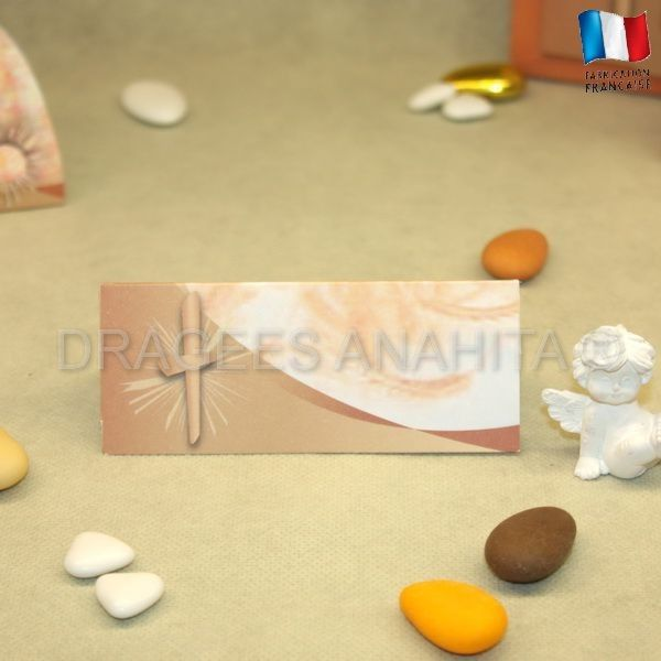 Un marque place marron clair pour inviter lors de la communion à passer à table et à partager un moment privilégié dans la vie d'un communiant ou d'une communiante. Vous pourrez écrire au feutre le nom des invités.