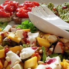 Salade met kip, mango, avocado, frambozen(pulp)azijn, pijnboompitten