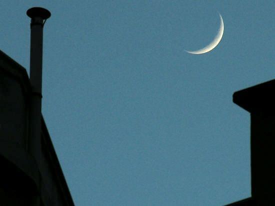 """""""Mi duole in petto la bellezza, mi dolgono le luci / nel pomeriggio arrugginito; mi duole / questo colore sulla nube – viola plumbeo, / viola repellente; il mezzo anello della luna / che brilla appena – mi duole. E' passato un battello. / Una barca; i remi; gli innamorati; il tempo. / I ragazzi di ieri sono invecchiati. Non tornerai indietro. / Serata grigia, luna sottile – mi fa male il tempo"""" - Yannis Ritsos"""