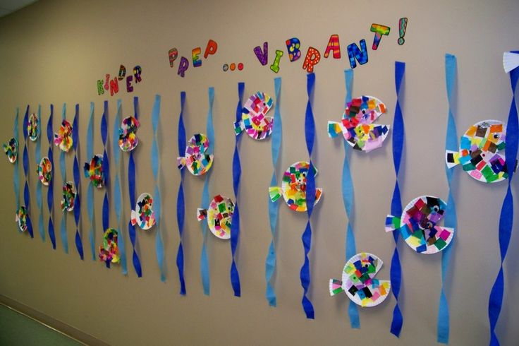 Ocean craft ideas for preschool. I love the idea of making fish out of paper plates because it is so open ended. You can use a huge variety of materials. I also love the way this is displayed.