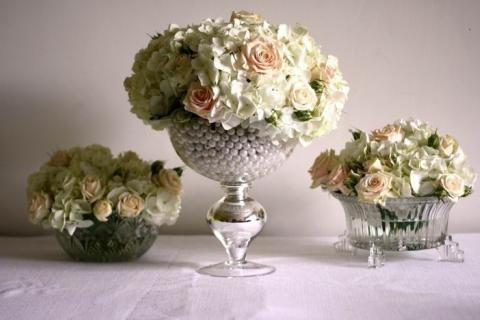 Искусственные цветы в вазе