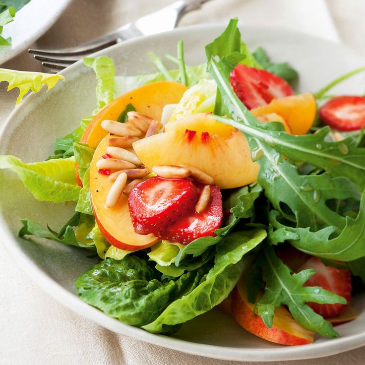 Erfrischende, knackige Sommersalate mit sonnengereiften, aromatischen Früchten sind ein Grund mehr, sich auf den Sommer zu freuen.
