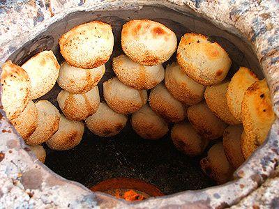 胡椒餅  胡椒をたっぷり使ったひき肉の餡を小麦粉で作った皮でつつみ、ナンのように窯に貼付けて焼いた肉まん。