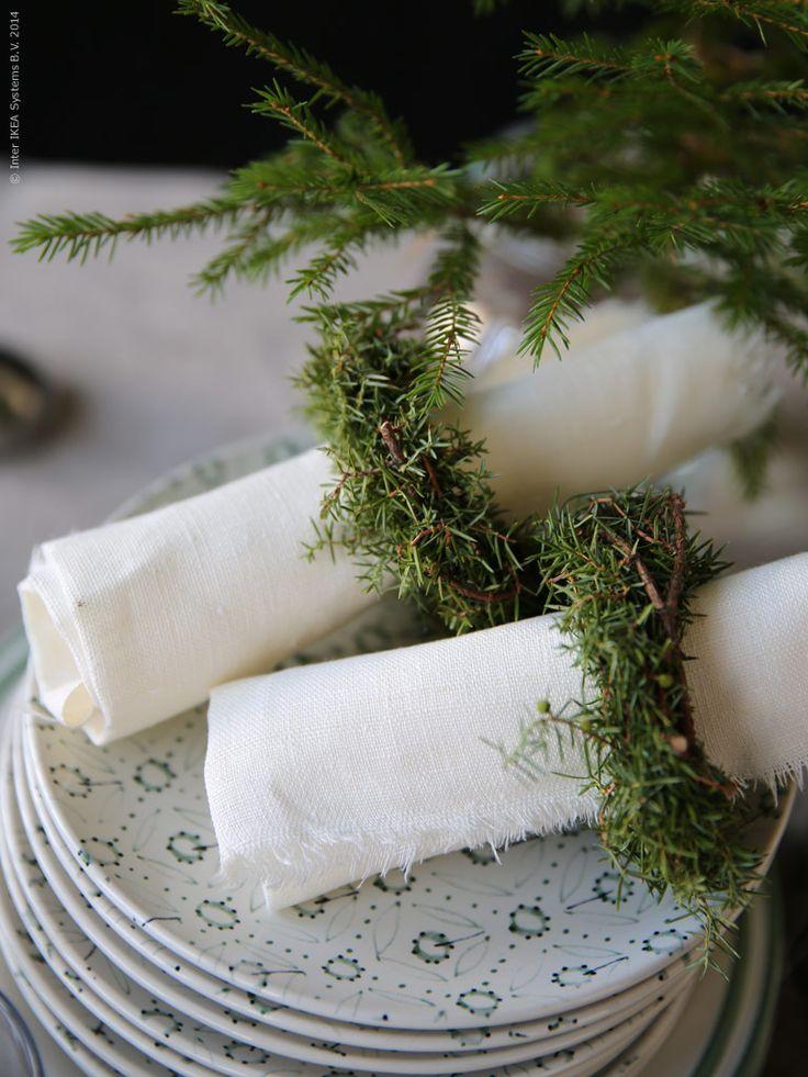 Linneservetter gjorda av blekt AINA metervara, travar med ENIGT assietter. Stylist Lotta Agaton.
