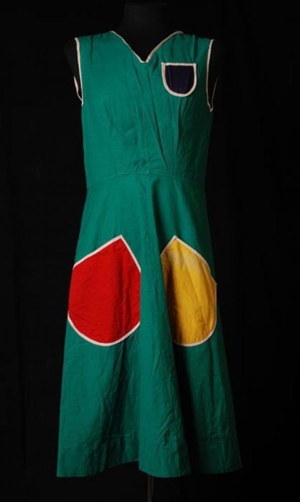 Groen mouwloos schort met een rode en een gele zak   Modemuze