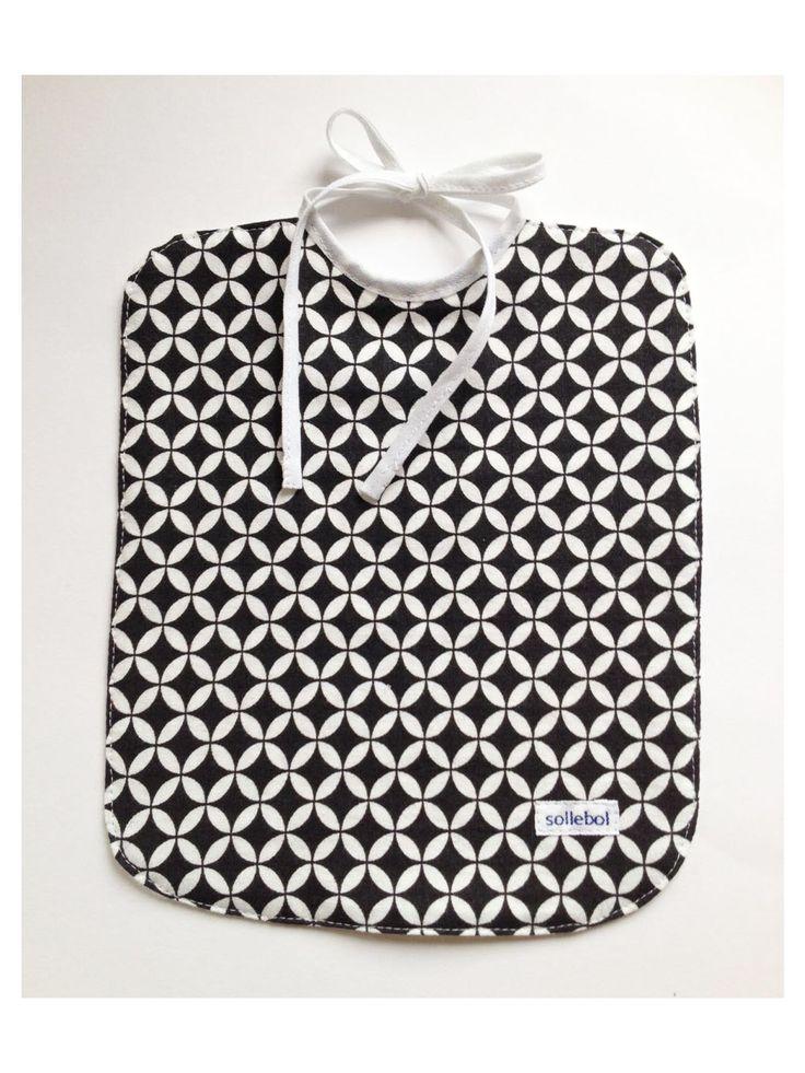 Zwart-wit Slabbetje €8.00  Het Zwart-wit Slabbetje van Sollebolshop is helemaal hip en uniek! Gemaakt voor jongetjes en meisjes. Dit slabbetje is gemaakt van 100% katoen met een leuk printje. De andere kant van het slabbetje is wit en is gemaakt van wafelstof. Deze stof is erg absorberend en zorgt ervoor dat de kleding van het kleintje mooi schoon blijft. Ideaal om te gebruiken tijdens het voeden.  Het slabbetje is aan twee kanten te dragen en leuk te combineren met de kleding van je baby.