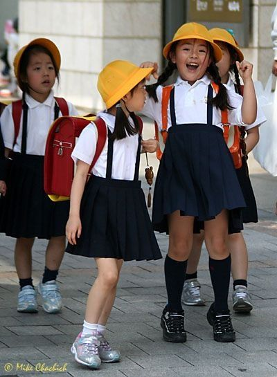 These young students are clearly not expected to have the high hemlines of their middle & high school counterparts.------------Saia mais suspensório.