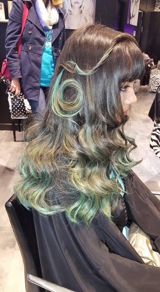 Teal tie and dye hair / mèches cheveux turquoise