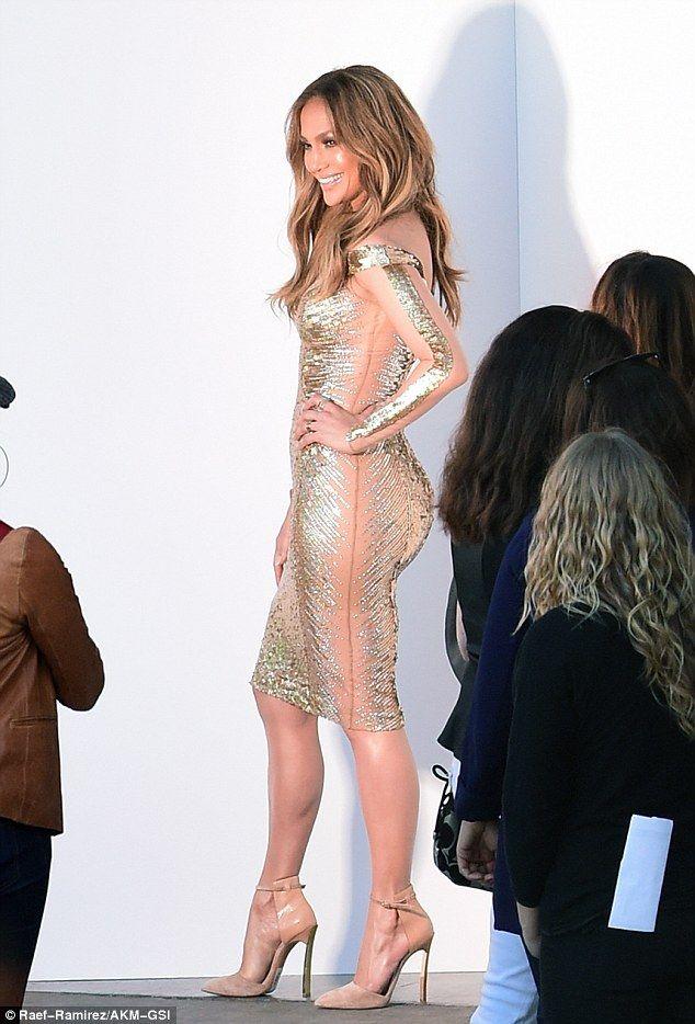 Jennifer Lopez | Tubino fasciatissimo in un dolce rosa metallico, vertiginosi decoltè color nude... |  #outfitmania #outfit #style #fashion #dresscode #amazing #celebrity #dress #lancome #valentino #clutch #scarpe #red #gold | CLICCA SULLA FOTO PER SCOPRIRE L'OUTFIT E COME ACQUISTARLO