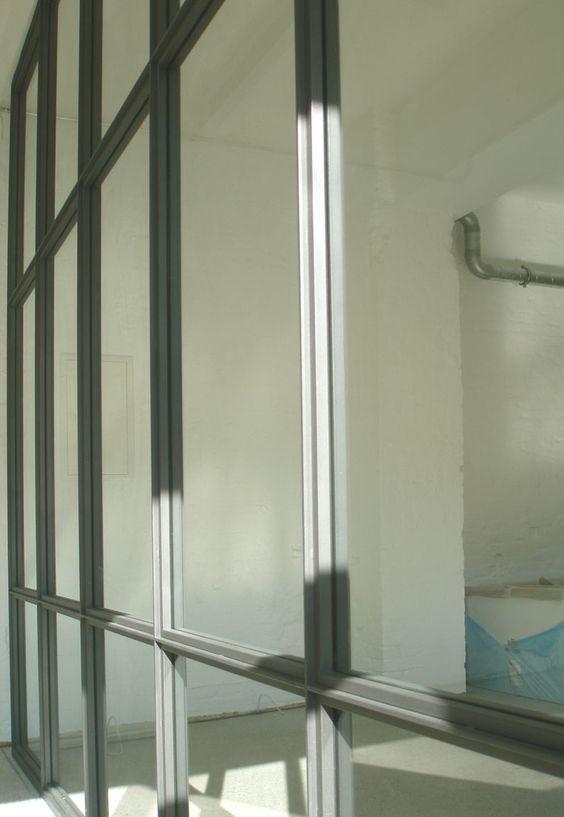 Glaswand Glogauer Str. | Stahlblau