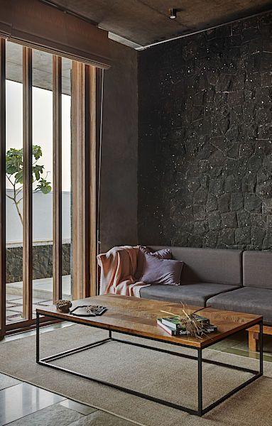 Okenní rámy a další prvky jsou vyrobené ze dřeva Accay.