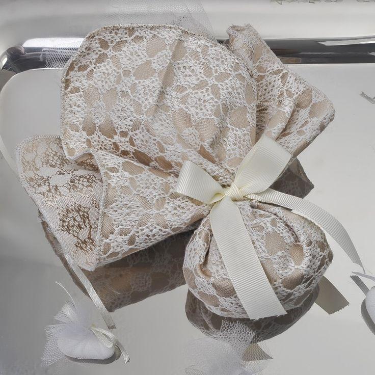 Μπομπονιέρα τετράγωνο μαντίλι 30Χ30cm, από λονέτα δαντέλα και 5 κουφέτα Χατζηγιαννάκη. Η τιμή είναι ενδεικτική και καθορίζεται από την ποσότητα.