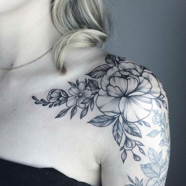 Tatoeage bloemen / schouder