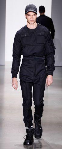 Siyah gümrüklü pazen çok cep kazak beyaz merserize pamuklu t shirt siyah bağlı yün yüksek belli pantolon ince mat siyah timsah beyzbol şapkası beyaz / siyah rugan / naylon ayak bileği manşet mat siyah kauçuk deri çizme alan