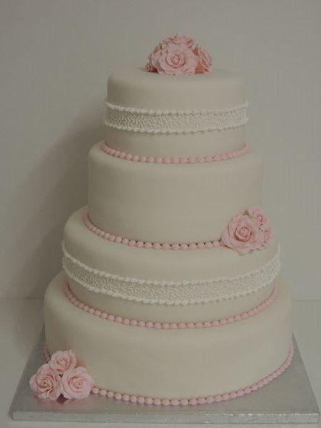 bruidstaart wit met royal icing en roze met roosjes