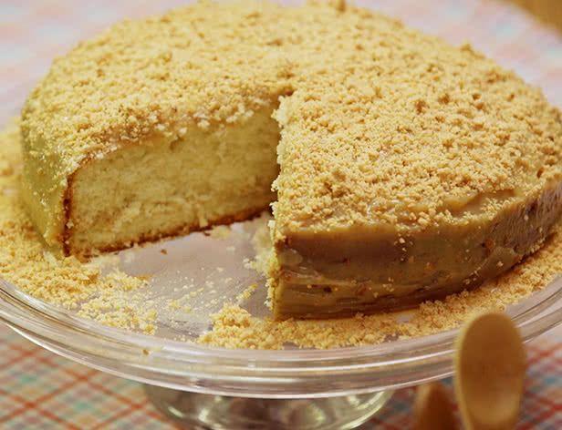 Este bolo com recheio de paçoca cremosa vai ser um sucesso na sua Festa Junina. Além de bonito, é muito gostoso! Veja aqui o vídeo da receita.