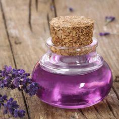 Lavendelsirup sorgt für das gewisse Etwas Ihrer Speisen und Getränke. Wofür es Verwendung findet und wie Sie es ganz einfach selber herstellen erfahren Sie hier.