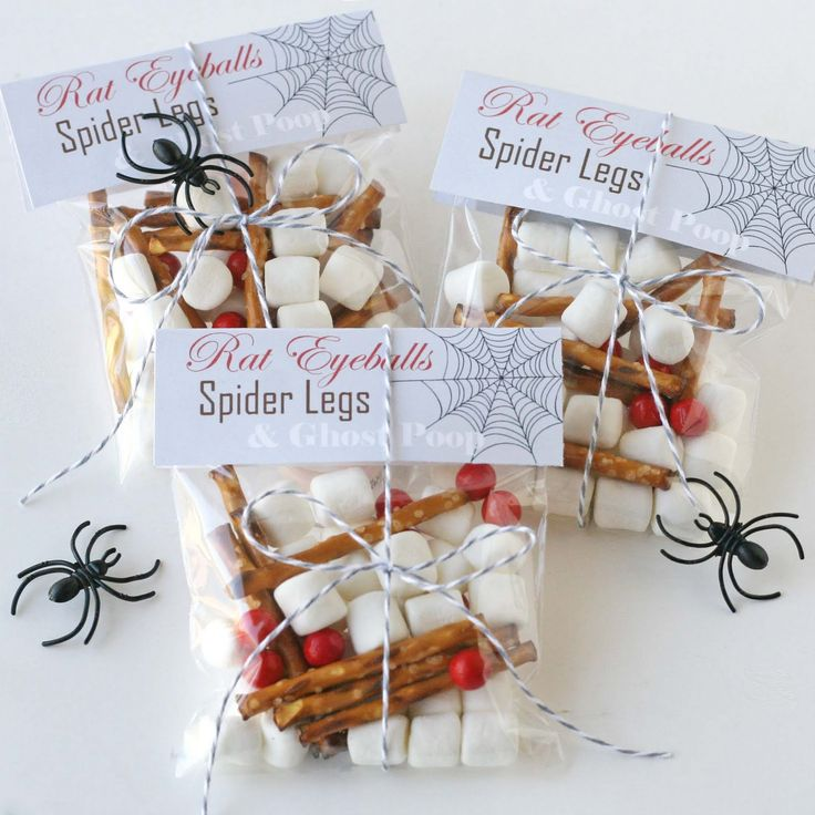 Gift ideas for the kids: Halloween Parties, Creepy Halloween, Halloween Gifts, Bags Toppers, Spiders Legs, Halloween Snacks, Halloween Treats Bags, Halloween Ideas, Kid