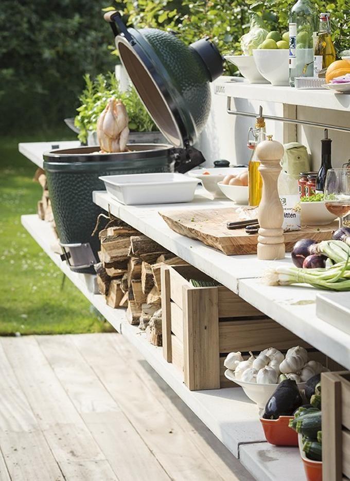 WWOO buitenkeuken. Een ontwerp van Piet-Jan van den Kommer. Modulaire keuken met accessoires als de Big Green Egg, een wasbak, een vuurbak, een Dutch-oven, een weber, etc.